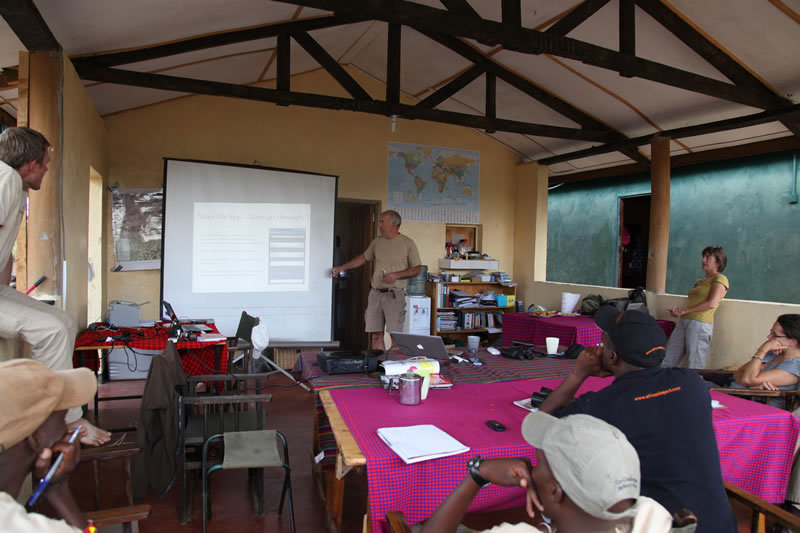 Petter explains to staff and volunteers from African Impact how to upload observations of elephants. (©ElephantVoices)